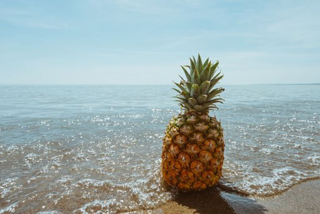 Ananas an einem Strand