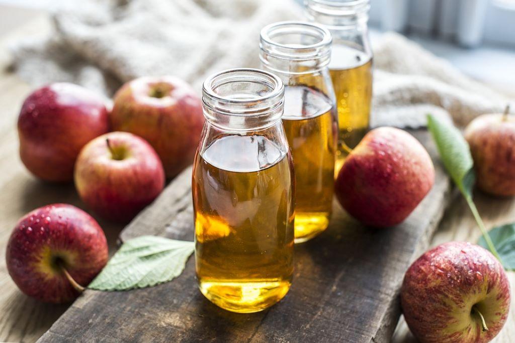 Apfelsaft und frische Äpfel