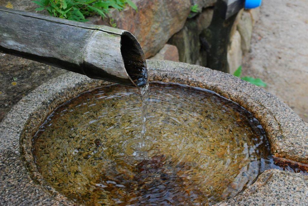 Heilwasser aus einem Bambusrohr