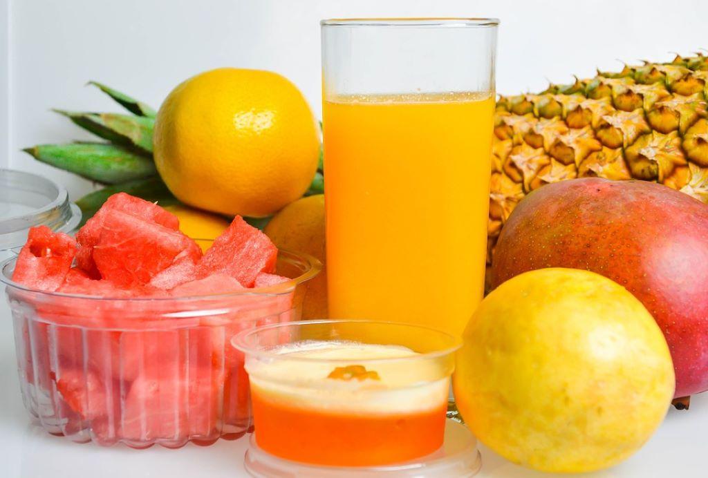 Mulltivitaminsaft mit verschiedenen Früchten