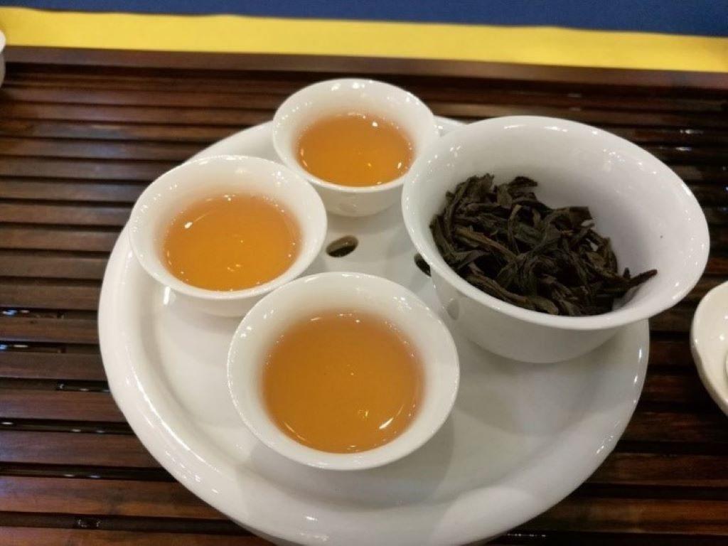 Drei Tassen und eine Kanne mit Oolong Tee