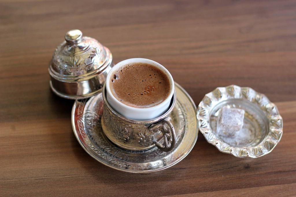Türkischer Kaffee mit Zucker
