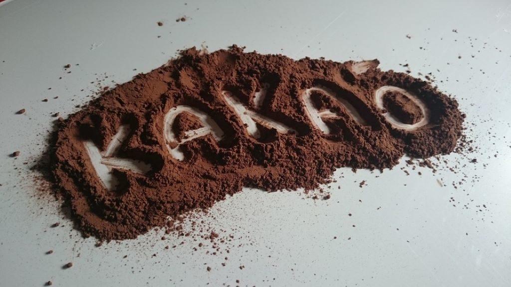 Kakaopulver auf einem Tisch verteilt