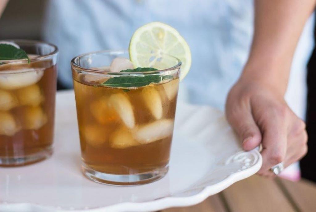 Eistee in einem Glas