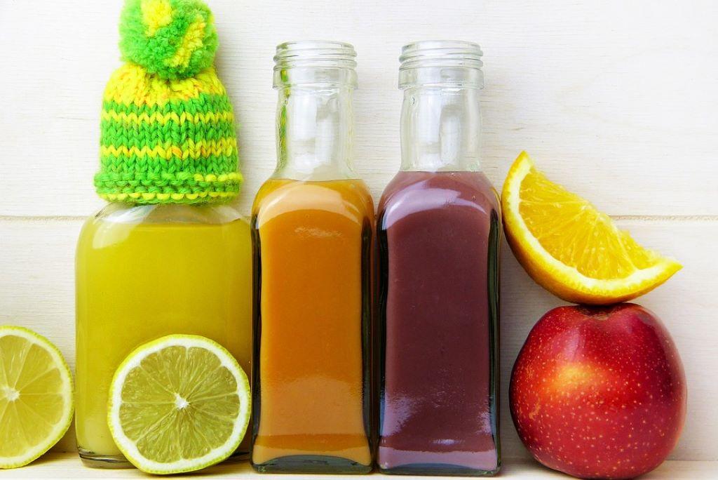 Fruchtsaft in kleinen Flaschen