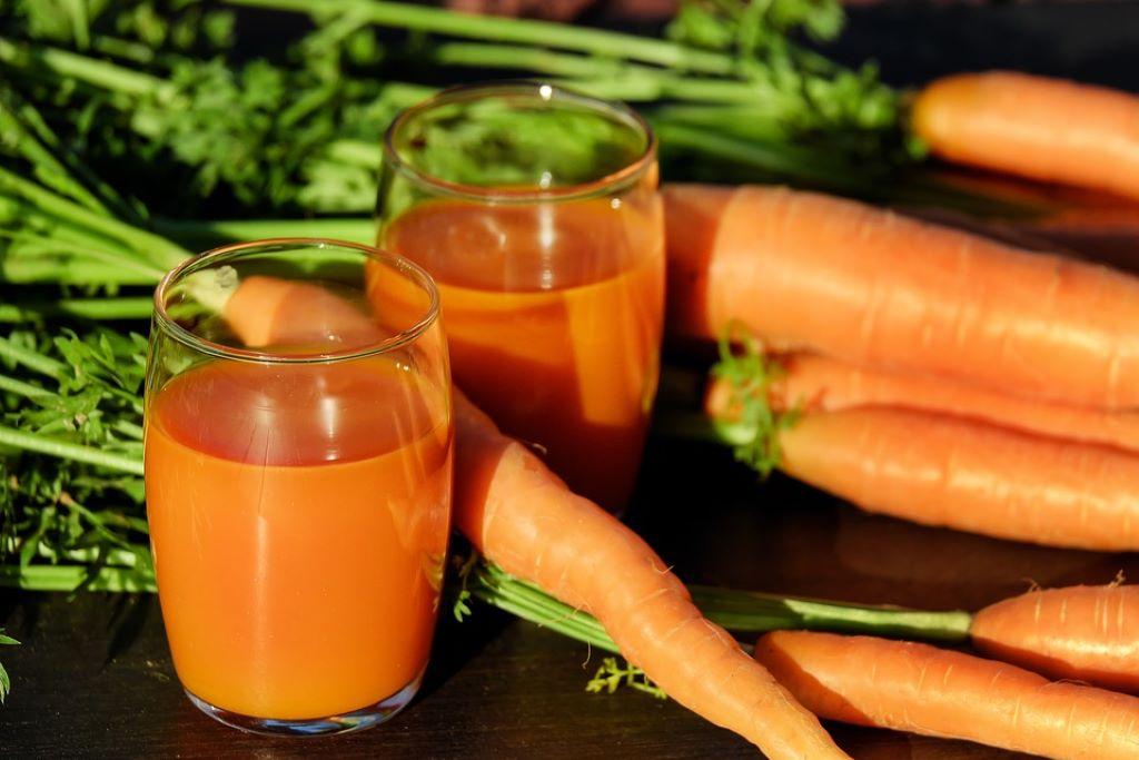 Karottensaft in Gläsern