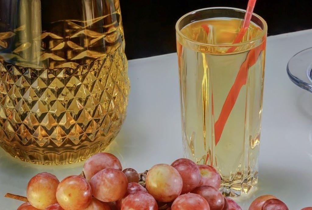 Ein Glas mit Traubensaft